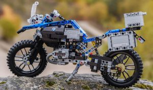 lego-technic-bmw-r-1200-gs-adventure-42063-outdoor-moto