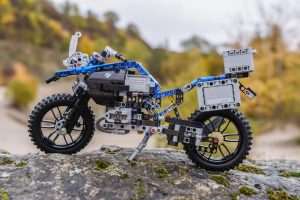 lego-technic-bmw-r-1200-gs-adventure-42063-outdoor-stein